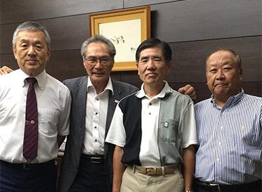 プリンスホテルスクール第1期生の勝田敏弘さん、山本忠さんと石塚校長