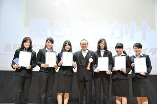 新入生対象の「スマイルフォトコンテスト」受賞者と記念撮影