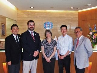 左から、武内先生、Mr. Braun、Ms.Tuthill、今 悠太さん、石塚校長