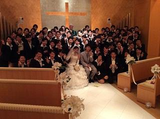 花嫁と花婿、生徒たちで記念撮影