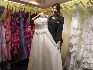 ドレスをもって微笑む横浜ベイホテル東急 衣裳室 野口 侑希さん