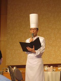 挨拶と料理紹介をする横浜ベイホテル東急 料理長 曽我部様