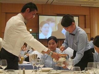 テーブルを囲んで講習をうける生徒たち