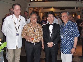 夕食会(ガラディナ)にてマルコ・バッチストッティ アジア会長らとともに 記念撮影
