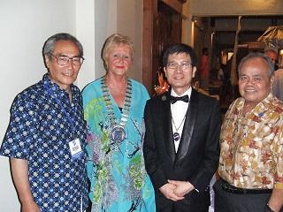 夕食会(ガラディナ)にてカリン・コランゲ スコール本部会長(左から2番目)とともに<br> Ms. Karine Coulanges, Skal International President, Paris, France