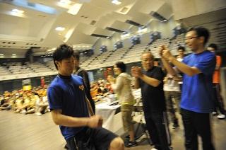 全速力で表彰台に駆け上がる男子優勝昼間部ブライダル科Rクラス代表の宮沢 海渡さん(東京都立第四高校出身)