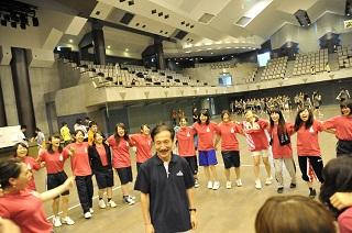 試合前に担任水澤先生を囲み、団結をはかるAクラス