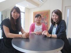 2010年に卒業した卒業生、鉾之原 美穂さん、宮 由布子さん、安永 雪乃さん