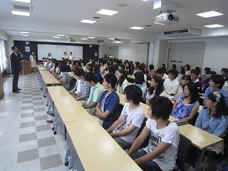 サマースクールの始業式に集まった生徒たち
