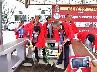 UPH大学と日本ホテルスクール友好記念植樹式の様子