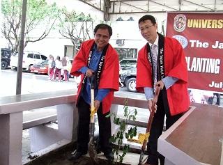 友好記念植樹式に参加するUPHロレット学長、日本ホテルスクール川上副校長