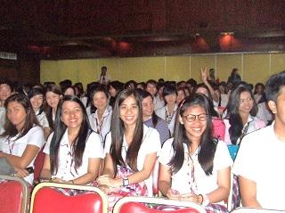 記念講演を聴講する450名のUPH大学の学生ら