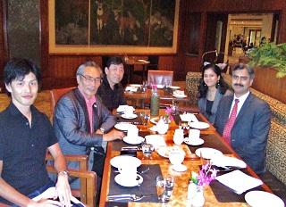 タージ パレス ニューデリーでサトヤジート・クリシュナン総支配人とスワティ・タンドン人事責任者と会食