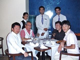 卒業生 佐藤誠さん(左)とレストランにて