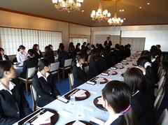 和食体験 料飲部マネージャーからの説明を聞く学生