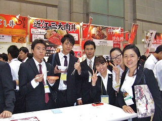 特産品の試食 学生と江口先生(右)