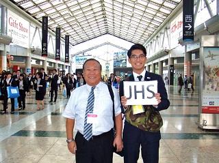 入口前で案内 川辺先生(左)と鶴岡さん(昼間部ホテル科 2010年卒業)