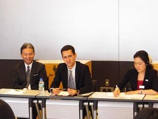 ディスカッションに参加する(左から)ザ・ペニンシュラ東京人材開発部相談役 中谷様、Alban君、江口先生