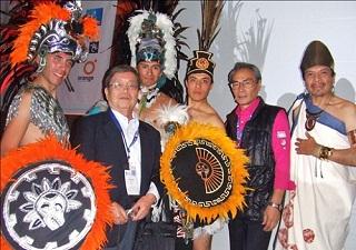 サン・イルデフォデンソ大学で開催の前夜祭、同行の平野忠邦氏と伝統芸能披露者の皆さんと一緒に