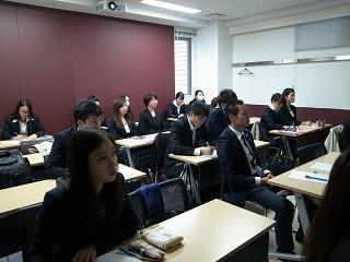 講義を真剣に聞く英語専攻科の学生