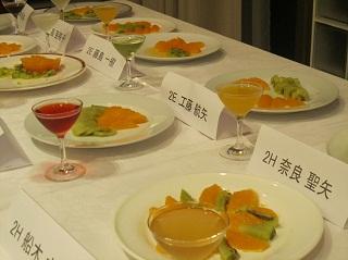 美しく皿に盛りつけられたオレンジとキウイ