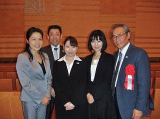 近藤さんと学校応援団<br>左から、江口先生、武内副校長、近藤さん、井口先生、石塚校長