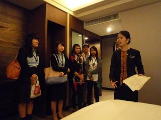 9. 宿泊ホテル「ザ・B ホテル(The B Hotel)」にて卒業生の西角さんから説明を受ける学生