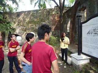 マニラ市内を観光する生徒たち