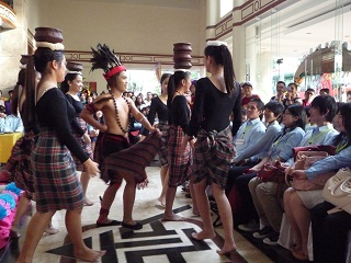2. UPH歓迎セレモニー 民族衣装でのファッションショーや伝統的なダンスを披露
