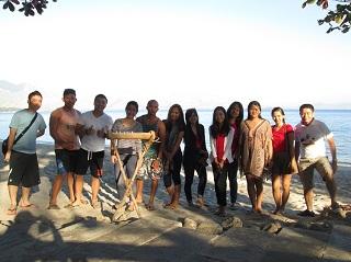 ビーチの前での集合写真