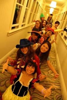 ハロウィンのイベントで職場の方々と仮装を楽しむ鎌田さん