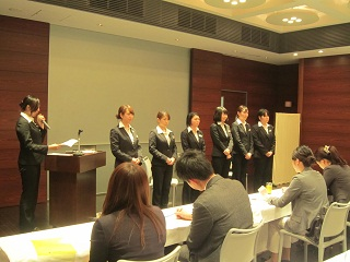 スクリーンの前に整列する発表グループのメンバー