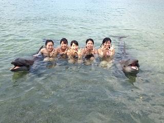 スービック(ルソン島)の海でイルカと記念撮影する学生たち