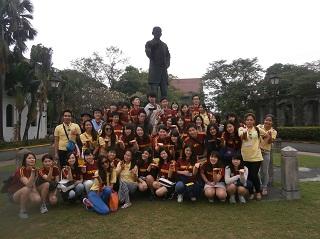 マニラ市内を観光した際の学生たちの集合写真