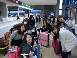成田空港で出発前に記念撮影する生徒たち
