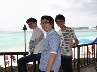 海の前で笑顔をみせる生徒たち