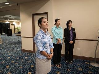 ホテルを見学しにきた生徒たちに説明をする卒業生 河端さん