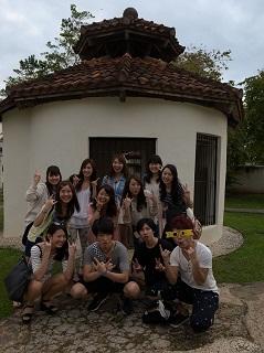 グアムの観光スポットの前で記念撮影する生徒たち