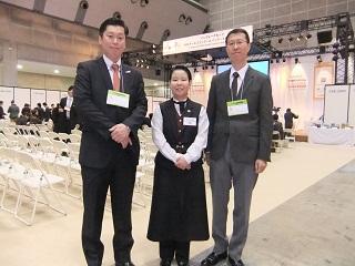 第9回HRSサービスコンクール2015(アンダー30)に出場した卒業生 左から、島田先生、富澤さん、川上副校長