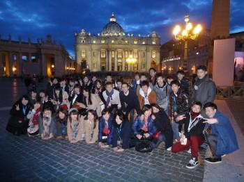 海外研修旅行先のヨーロッパで集合写真を撮る昼間部2年生