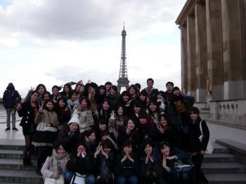 海外研修旅行先のパリで集合写真を撮る夜間部2年生