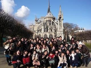 ノートルダム大聖堂を背にして記念撮影