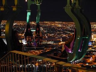 高さ260メートルにある絶叫マシーンから夜景を楽しむ学生