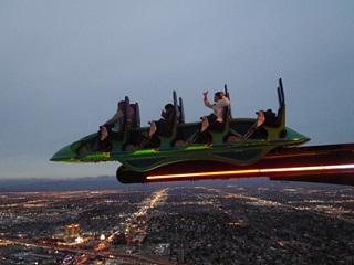 ストラトスフィアタワーのアトラクション 高さ260メートルにある絶叫マシーン。真下にはラスベガスの夜景が広がっています。