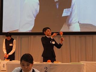 フルーツのカービングに挑戦する鈴木さん