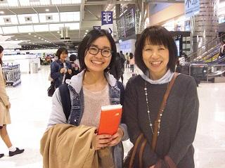 学生と空港まで見送りにきたご家族