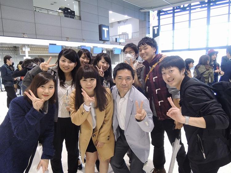 担任の井上先生(前列左から3番目)と一緒に記念撮影する生徒たち