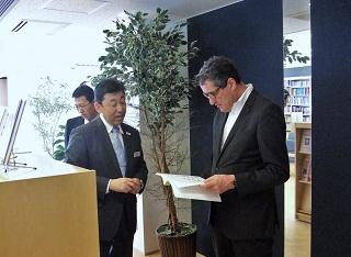 一般財団法人日本ホテル教育センター開発テキストを確認するハイジリガース総支配人