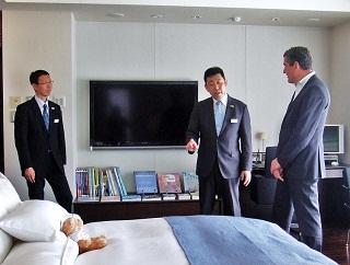 客室モデルルームをハイジリガース総支配人に説明する様子