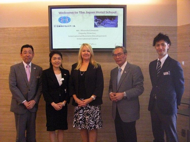 左より、武内副校長、江口先生、Rhonda氏、石塚校長、中山先生
